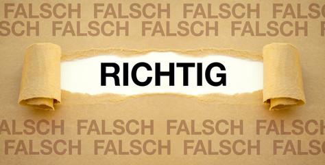Zerrissenes Papier mit RICHTIG und FALSCH