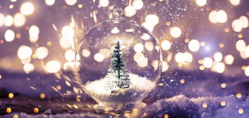 weihnachtskarte kugel in glas mit tannenbaum