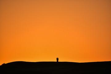 インドのジャイサルメール クーリー村の夕暮れと砂漠 美しい夕焼けとカップルのシルエット