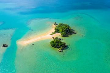 広大な海の景色の中に小さな島が浮かんでいる