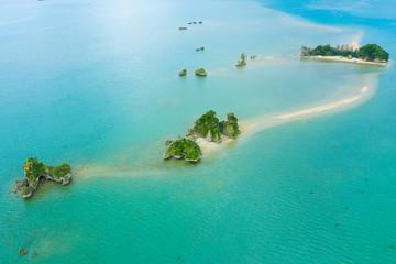 海の中に小さな小島が並んでいる風景