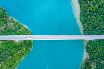 海の上を島から島へ渡る橋が一本伸びている