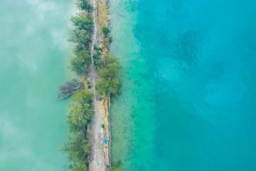 海の波によって削れた陸地が見える航空写真