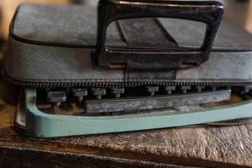 alte Schreibmaschine in Ledertasche