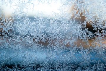 Natürlich entstandene Eisblumen, Eiskristalle auf Fensterscheibe im Winter, Textur, Hintergrund, Weihnachten, xmas