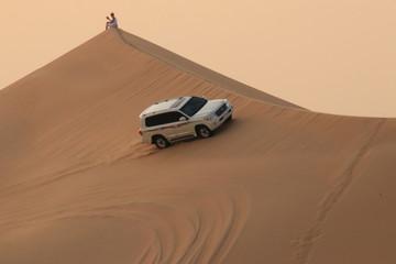 Dünenfahrt mit einem Jeep in der Wüste Abu Dhabi