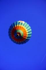 globo aerostático multicolor con cielo azul de fondo
