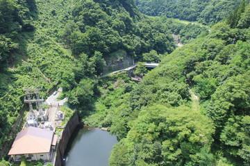 藤原ダムの堤体上部から俯瞰した水力発電施設(群馬県)