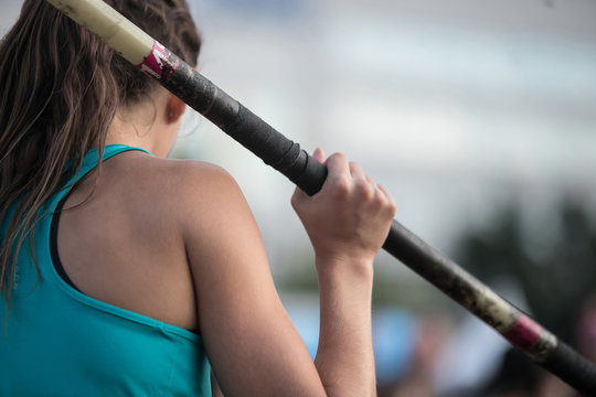 athlete in pole vault to prepare for jump on competition