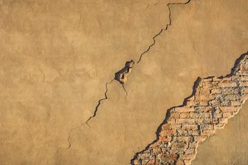 Baumangel Haftungsverlust von Außenputz an Ziegelsteinwand - Building defect Loss of adhesion of exterior plaster to brick wall