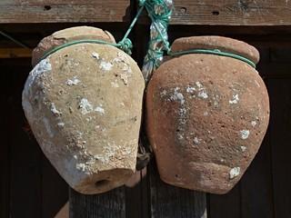 Typische Tontoepfe fuer den Hummerfang
