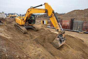 Aushub der Baugrube für ein Mehrfamilienhaus