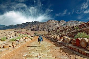 Auf der Kolonnadenstraße der Felsenstadt Petra in Richtung Königsgräber