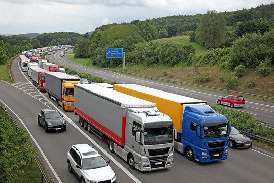 Stau auf der Bundesautobahn A2 -  Fahrbahnen Richtung Hannover relativ frei