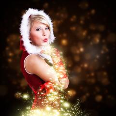 attraktive Miss Santa pustet Sternenstaub
