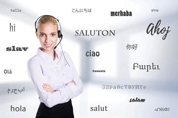 junge Frau mit Headset und das Wort Hallo in vielen Sprachen vor Bürohintergrund