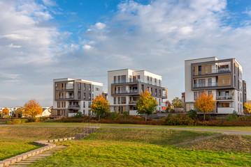 Moderne Architektur mit Parkanlage