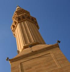Minarett der Mohammad Al-Amin Moschee vor strahlend blauem Sommerhimmel