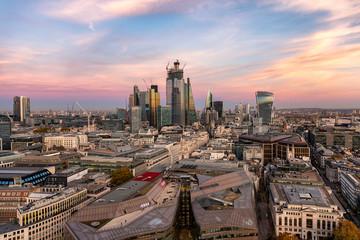 Blick über die Dächer von London auf die City mit den modernen Wolkenkratzern am Abend