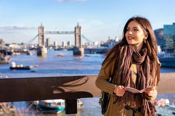 Junge Touristin auf einer Städtereise steht vor der Tower Bridge in London