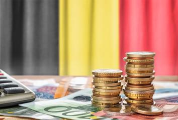 Fotomurales - Geldscheine und Münzen vor der Nationalflagge Belgiens