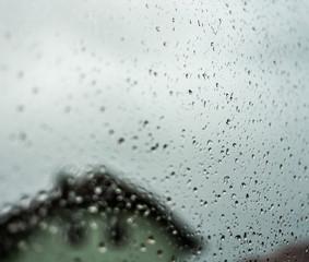 Regentropfen bei Schlechtwetter. Regen auf der Fensterscheibe