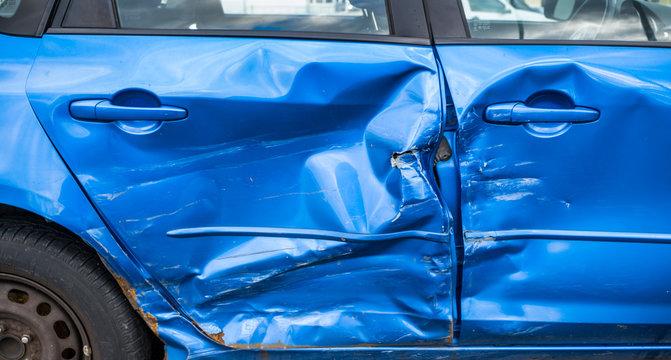 Auto nach Unfall. Schaden für Versicherung. Blechschaden.