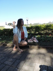 mulher sentada na grama beleza e linda