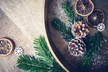 Weihnachten - Tannenzapfen auf rustikalen goldenen Teller