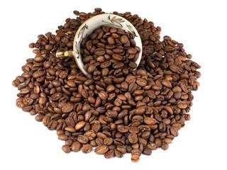 grains de café torréfiés avec tasse isolée sur fond blanc