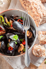 Spicy mussels served with cold white wine