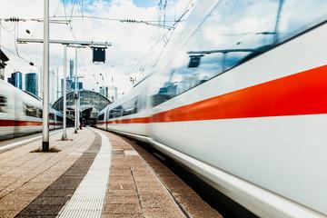 Fotobehang Spoorlijn Züge verlassen den Bahnhof