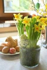 Obraz Wielkanoc - kompozycja kwiatowa, stół - fototapety do salonu