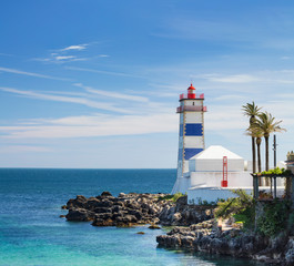 Foto auf AluDibond Leuchtturm Alone lighthouse on the rock in lagoon in Portugal