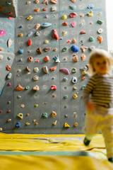 Kleines Kind in Kletterhalle. Little child indoor climbing.
