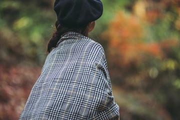 ショールを羽織る女性の後ろ姿