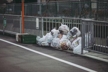 道端に置かれたゴミ袋の風景