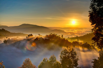 Foto op Canvas Ochtendgloren Uganda sunrise with trees, hills, shadows and morning fog