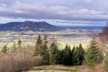natürliche Gebirgslandschaft mit Wolken