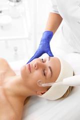 Biofuzja tlenowa.  Kobieta w salonie kosmetycznym podczas zabiegu pielęgnacyjnego z użyciem aktywnego tlenu