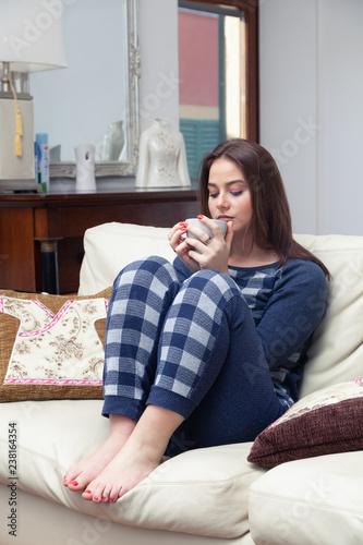 sito affidabile 6fdd7 f2f7e giovane donna in pigiama sul divano di casa