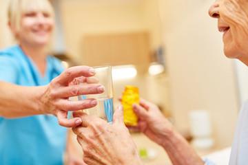 Pflegehilfe gibt alter Frau ihre Medizin