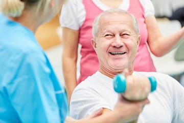 Glücklicher Senior beim Hanteltraining