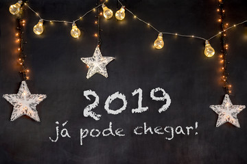"""""""2019 já pode chegar"""" in portuguese means """"2019 can already arrive"""" in black background with white stars and yellow light."""