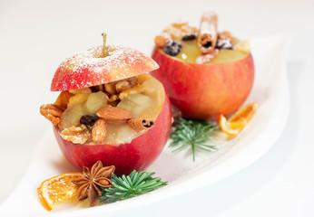 Bratapfel mit Nüssen zur Weihnachtszeit