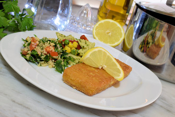 Paniertes Fischfilet mit Salat
