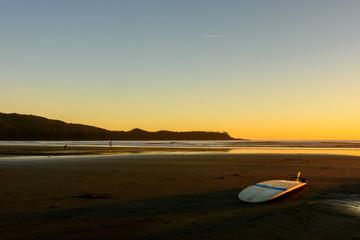 Ein Surfbrett liegt an einem Strand auf Vancouver Island