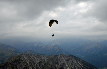 gleitschirmflieger um das nebelhorn
