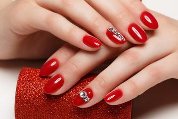 Poster de jardin Manicure Bright festive red manicure