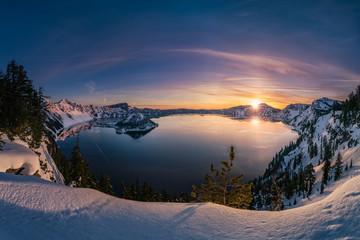 Fotobehang Nachtblauw Crater Lake sunrise